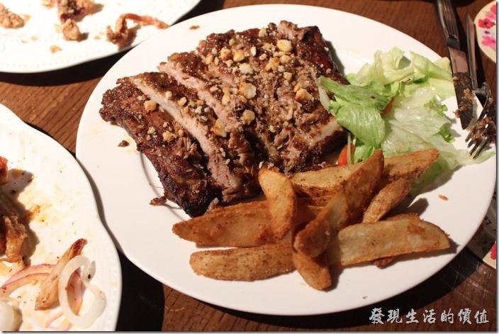 台北-美麗華金色三麥。生日套餐,煙燻豬肋排,上面有酥炸過得蒜沫。