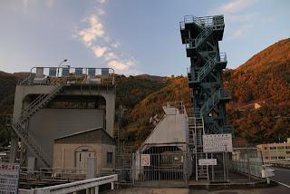 右岸よりゲートピア・池田発電所取水口を望む