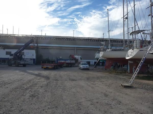 Le camion grue à Port Saint Louis du Rhône