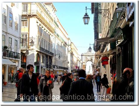 Foto da Rua Augusta com o arco ao fundo que leva até a Pça do Comércio, Lisboa