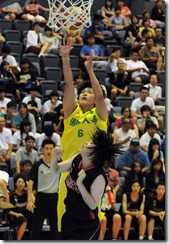 身材高大的姜鳳君今晚讓日本隊禁區吃足苦頭