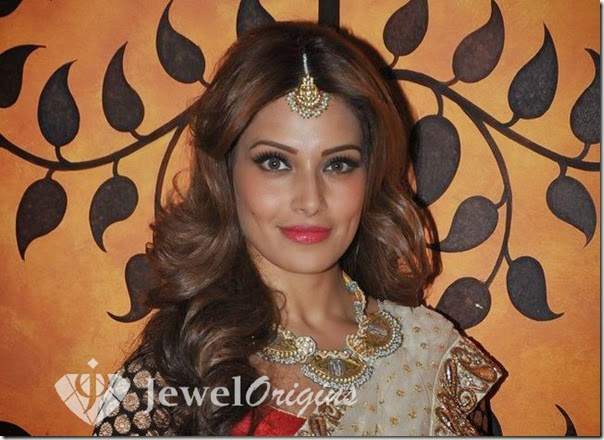 Bipasha_Basu_Gold_Necklace