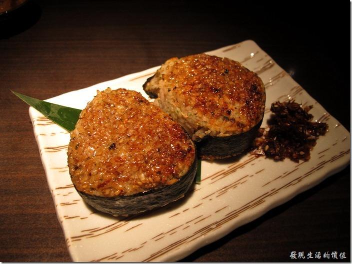 台北-三四味屋。單點─烤飯糰NT$120(兩個),飯糰用醬油下去醬烤,烤得蠻入味的,如果沒有吃飽,這會是個不錯的選則,右下角還有一團黑黑的柴魚乾,味道有點重。