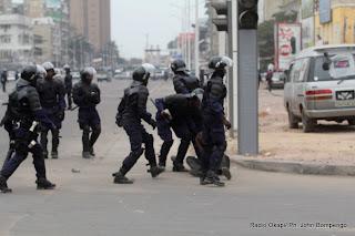 – La police disperse les manifestants le 1/9/2011 à Kinshasa, lors d'une marche des opposants. Radio Okapi/ Ph. John Bompengo