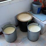 乳を土瓶の中に入れて数日間置くと、ヨーグルトができる。さらに発酵させればチーズになる。