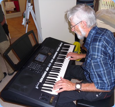 Errol Storey giving the Yamaha PSR-S950 a whirl