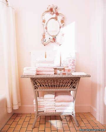 Martha's bathroom is such a pleasing shade of pink.(marthastewart.com)