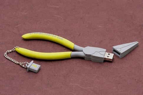 41. USB con forma de alicate
