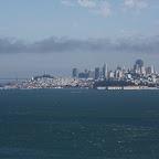 Ah attention la c'est pas le Golden Gate mais LA VUE de la baie DEPUIS le Golden Gate. La forme phallique esseulée culminant au milieu de son buisson de verdure, c'est la très populaire Coit tower (ça s'invente pas), pas loin de notre hôtel.