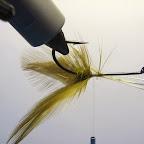 Żaby tonące. 10. Do haczyka przywiązuję dwie pary siodłowych piór koguta tak, aby odstawały na boki.