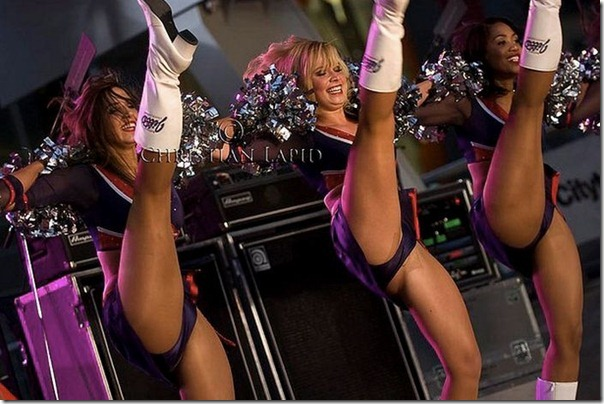 Cheerleaders gostosas chutando alto (15)