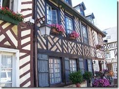 2012.07.20-012 maisons à pans de bois à Beuvron-en-Auge