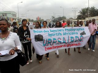 – Des journalistes Kinois marchent contre les propos du député national Yves Kisombe à l'endroit d'une journaliste de Kinshasa le 26/08/2011. Radio Okapi/ Ph. John Bompengo