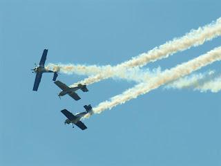 latają na samolotach wyczynowych typu Zlin-50 LX
