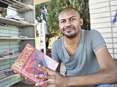 05/06/2014. Crédito: Breno Fortes/CB/D.A Press. Brasil. Brasília - DF. Cícero Pereira Batista, 33 anos, é um ex-catador de lixo e estudou com ajuda dos livros do Açougue Cultural instalados na W3 Norte.