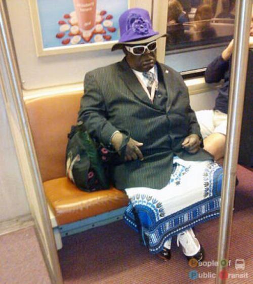 pessoas bizarras em metrô