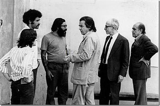 Intelectuais conversam com os presos políticos no pátio da prisão - Jorge Raymundo, Manoel Henrique Ferreira, Perly Cipriano, Darcy Ribeiro, Antonio Houaiss e Oscar Niemeyer