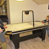 Lise og Anton spiller airhockey