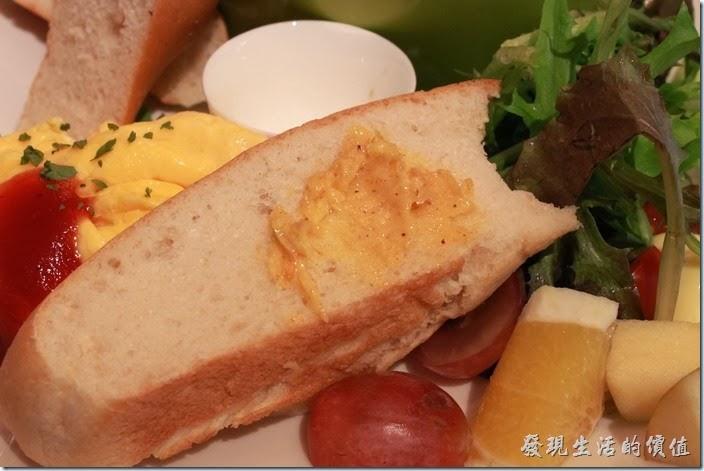 台南-mumu小客廳早午餐。把白麵包抹上手工製做的蒜味奶油。我個人其實吃不太出來蒜味,因為天氣有點冷,而且麵包及奶油味經烘烤,所以吃起來感覺還好而已。