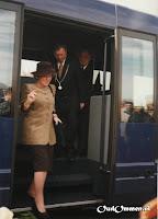 De blauwe bus is gearriveerd bij de Voorbrug - Foto: Gees Klein - Ommen