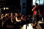 """Forskarpuben """"Stand-up for Science"""" med Afterwork  på ForskarFredag i Trollhättan 2011. Årets dragplåster var Özz Nujen. Foto: Högskolan Väst."""