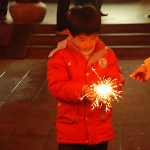 Shanghai Fête des Lanternes 2012 - Enfant et étincelle