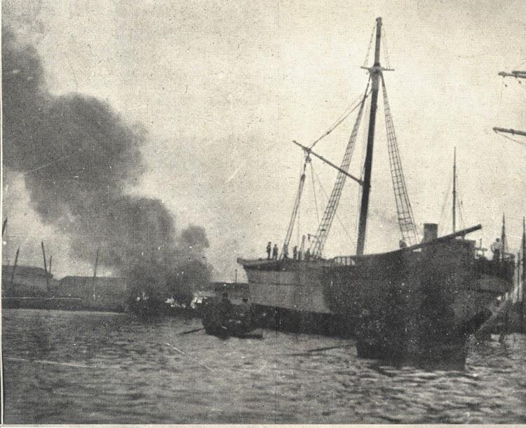 Otra imagen del incendio del MARGARITA en la darsena de la Industria. Foto de la Memoria del Puerto de Barcelona, Años 1920-1921 y 1921-1922.jpg