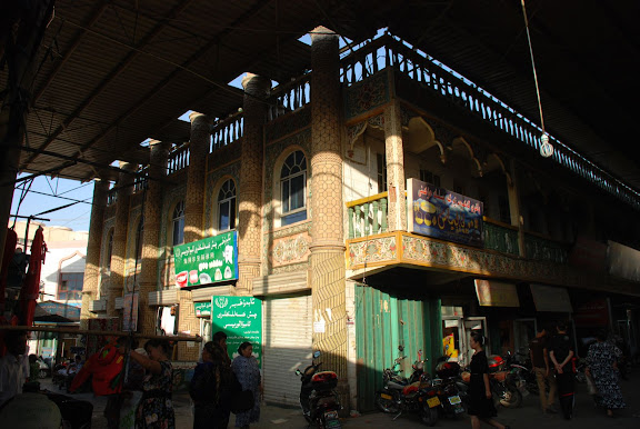 Turfan - Bâtiment à balcon dans marché