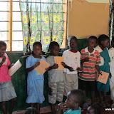 Kinderen voorzien van schrift en pen