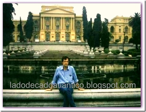 Foto às margens do chafariz dos jardins do Museu do Ipiranga