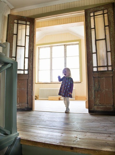 Hall med glasade spegeldörrar
