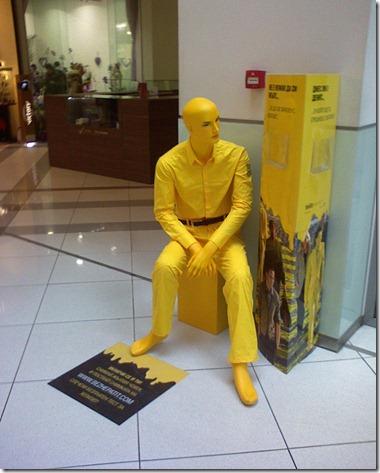 Жълт манекен, седнал до информационен щенд