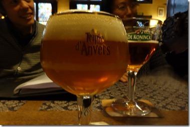 もの凄い、でかいビールに見えるが、33cl と 25cl です。