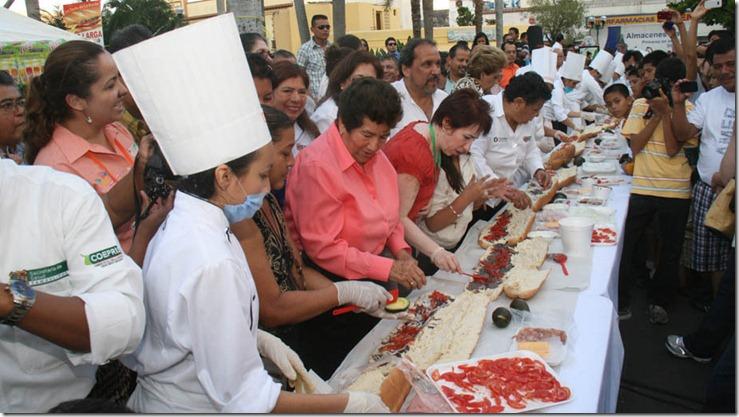 La alcaldesa de Tampico en la preparación de la torta