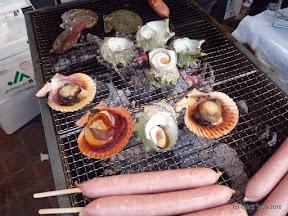 サザエのつぼ焼きが二個で500円。バタ貝は・・・・すいません、忘れました。