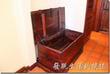 花蓮-理想大地渡假村(房間)。這個行李放置箱使用實木製作,老實說要掀開這個蓋子還得費一番力氣,提醒有小朋友的家長要注意不要讓小孩壓傷了手,打開後裡頭至少可以躲進一個人以上的空間。