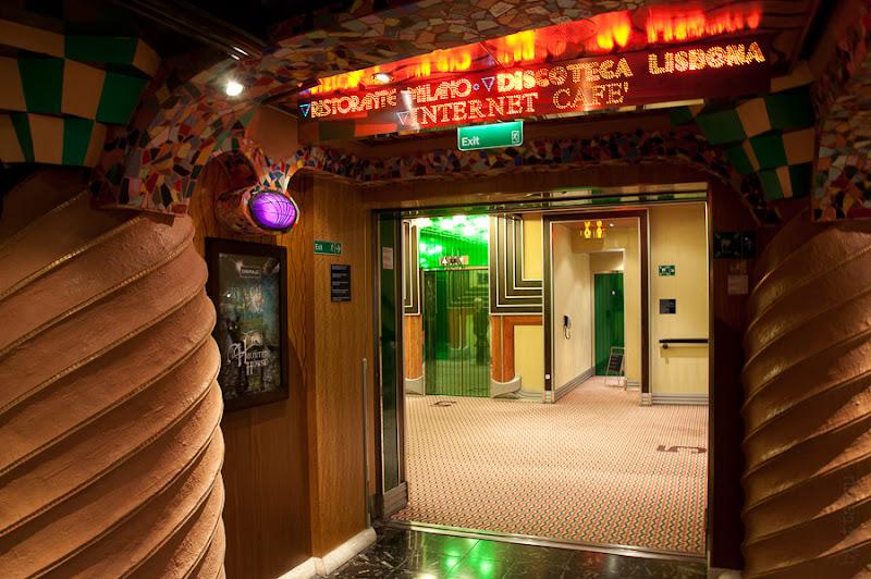 Третий день. Casablanca. Morocco. Круиз. Costa Concordia. Над каждой дверью, пролётом лестницы и просто проёмом перехода висят, вот в таком стиле выполненные, указатели ближайших заведений.