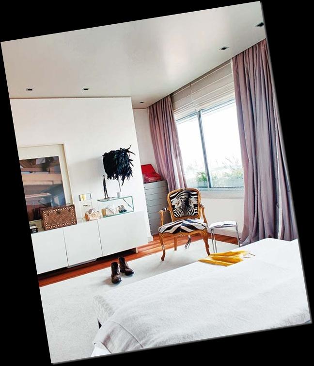 dormitorio en tonos blancos silla dorada tapizado cebra