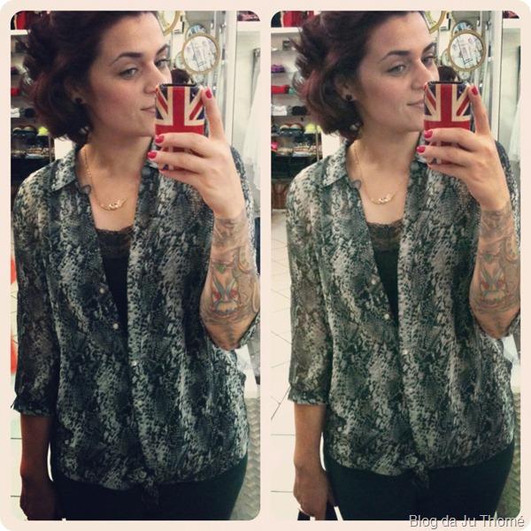 look calça verde e camisa com estampa de cobra