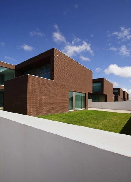 Conjunto residencial de modernas casas de ladrillo visto for Casas modernas ladrillo