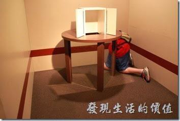 豪斯登堡-超級錯覺藝術。哎呀!小朋友的身體怎麼不見了?