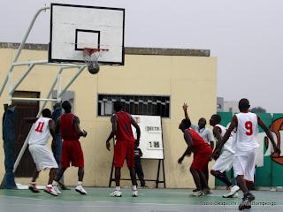 L'équipe de Delta (rouge) contre celle de Terreur (blanc) ce 12/06/2011 au stade des martyrs, lors du Championnat de 2ème phase de la ligue provincial de basketball de Kinshasa. Radio Okapi/ Ph. John Bompengo.