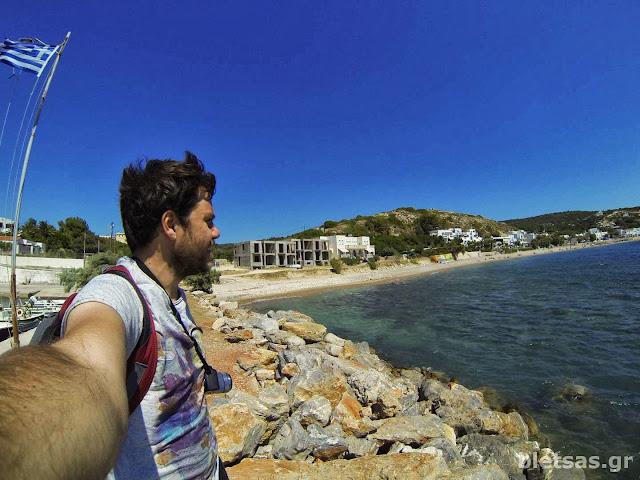 Στον μώλο του Αγιου Ιωάννη, κοιτώντας την παραλία της Αγίας Φωτεινής.