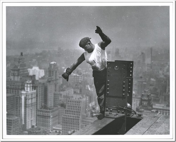 Worker-on-Empire-State-building-signaling-the-hookman-1931