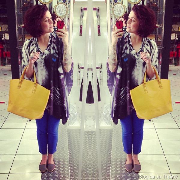 look calça azul, bata com estampa de tigre e maxi bolsa amarela (1)