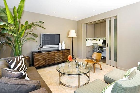 Habitación familiar con plantas de interior que añaden brillo a su espacio