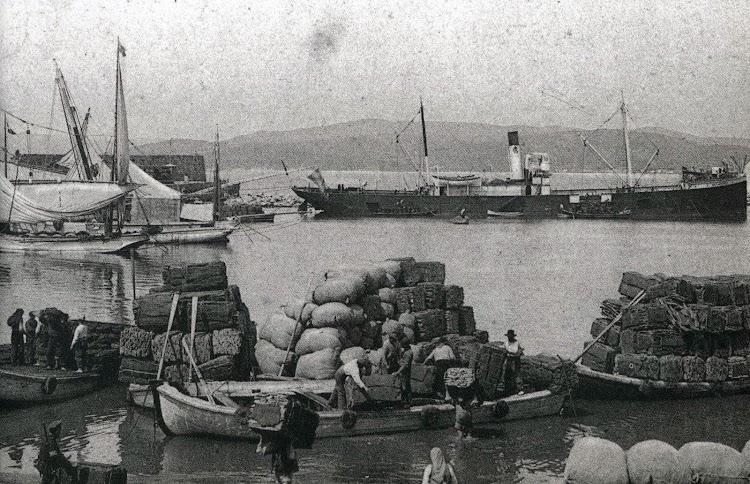 El RUI PEREZ en la rada de Palamós. Obsérvese el duro trabajo de los portuarios en la carga del corcho, producto típico de la zona. Del libro El Port de Palamós. Memoria Grafica.jpg