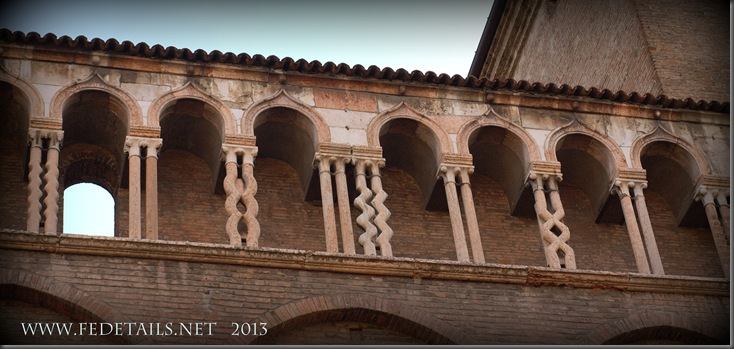 La leggenda delle colonnine del Duomo, foto 1 , Ferrara, Emilia Romagna, Italia - The legend of the columns of the Cathedral, photo 1, Ferrara, Emilia Romagna, Italy - Property and Copyrights of FEdetails.net