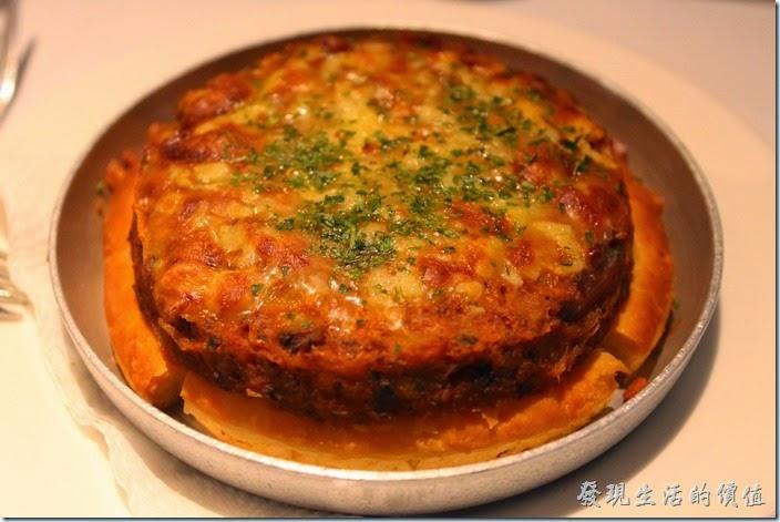 台南-西堤(Tasty)民族店。前菜-義式牛肉丹麥餅。如果可以吃牛的朋友,個人推薦這道菜,有點像是在吃披薩的感覺,牛肉攪碎作成像漢堡肉的感覺,下面的餅皮酥酥脆脆的非常對味。