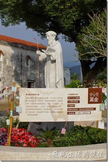 萬金教堂的圍牆內有耶穌的塑像以及聖母的塑像。